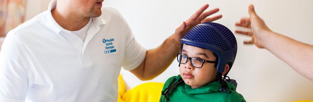 Patient mit Helm