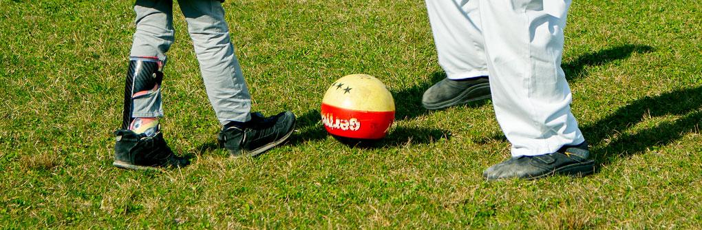 Fußballspiel mit Beinorthese und Therapeut